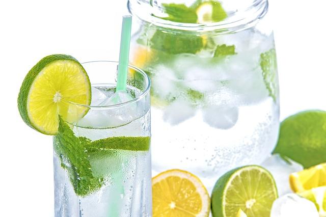Woda z cytryną na dobry początek dnia